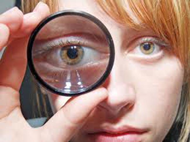 1024x768 обои карие глаза, очки, девушка, крупный план, оптика, рука